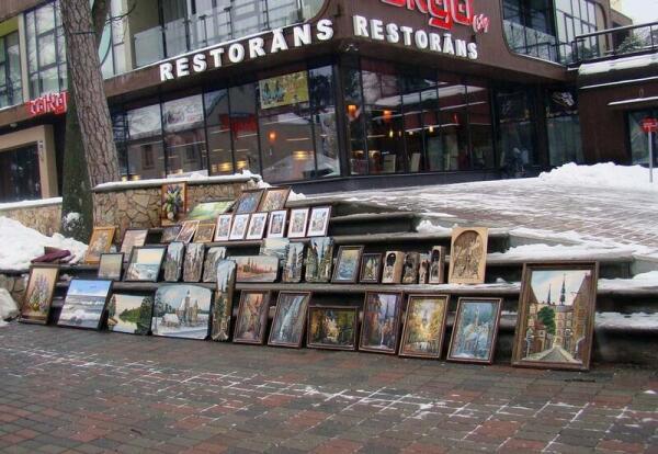 Каждый зарабатывает как может. Продажа картин на ул. Йомас