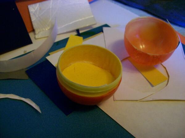 Оклеиваем внутренность яйца бархатной бумагой