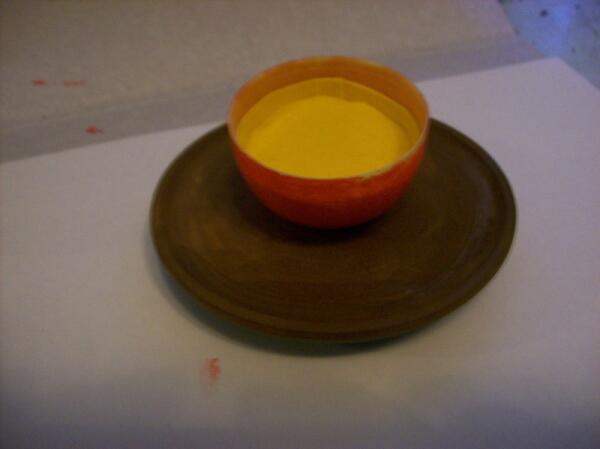 Приклеиваем яйцо к подставке