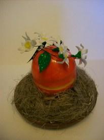 Приклеиваем цветочную веточку к крышке яйца