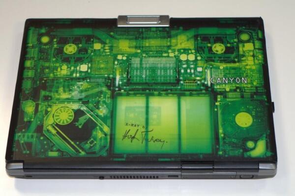 Наклейка на крышке ноутбука