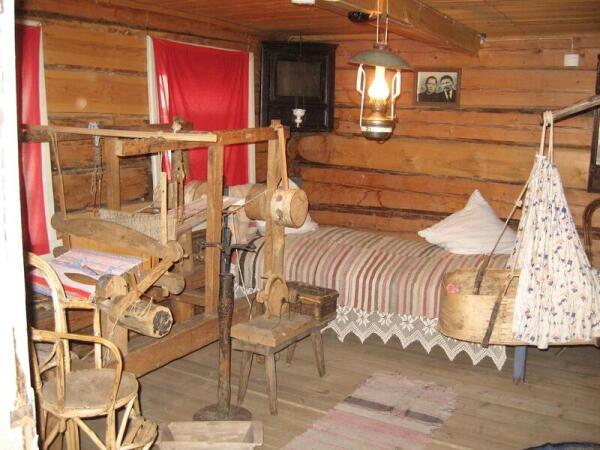 Центральное место - слева от входа – занимает ткацкий станок (кросно)