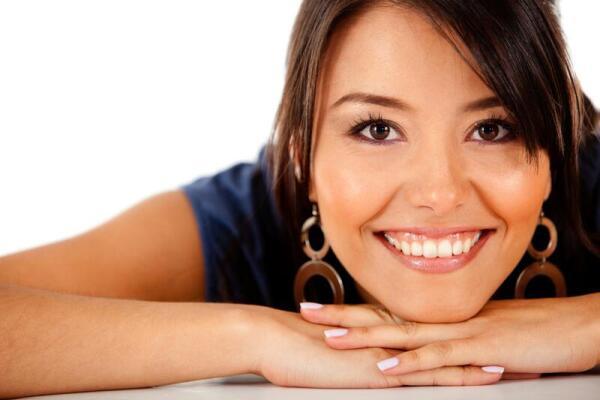 Как научиться красиво улыбаться: с зубами и закрытыми губами - упражнения и стоматологические методы формирования: накладки и брекеты