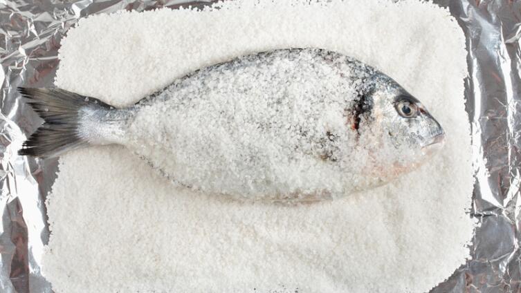 Как запечь в духовке рыбу на соли?