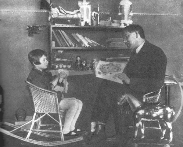К. Чуковский читает свою сказку дочке Муре, 1926 г.