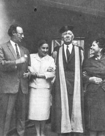 Лев Кассиль, Агния Барто, Корней Чуковский (в оксфордской мантии) и Наталья Кончаловская. Переделкино, 1960-е годы.