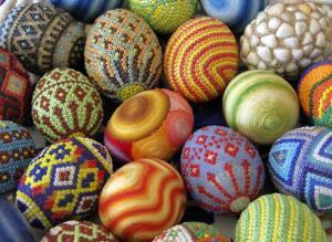 Яйцо из бисера: как сделать подарок к Пасхе своими руками?