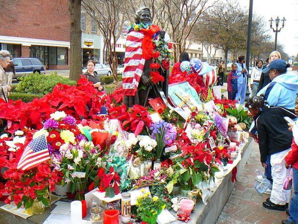 Памятник Джеймсу Брауну в Атланте в дни прощания с певцом