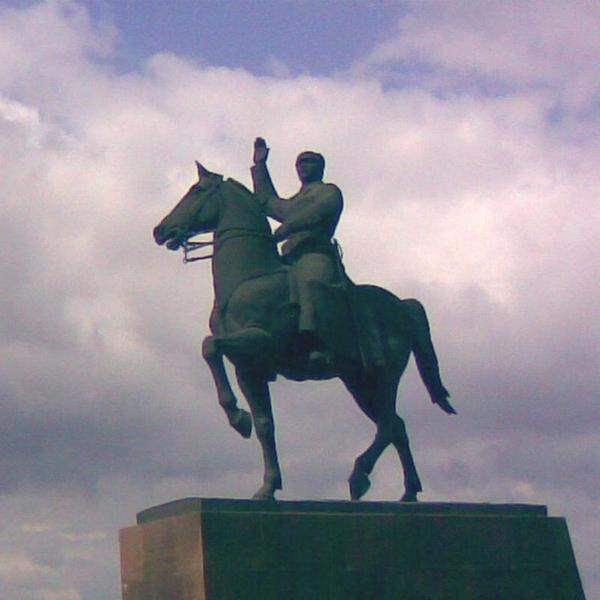 Памятник К. Ворошилову в Луганске