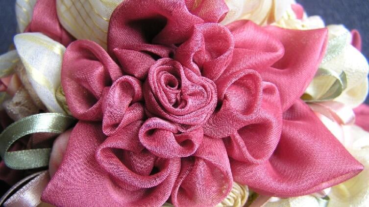 Как изготовить цветы из ткани?