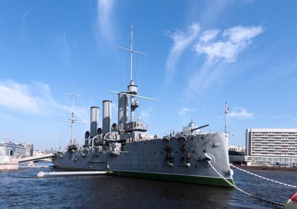 Крейсер Аврора, залп которого стал переломным в истории России и Петрограда