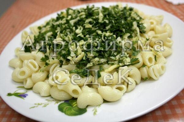 С помощью петрушки простые макароны с сыром превращаются в итальянское блюдо Мелидзано