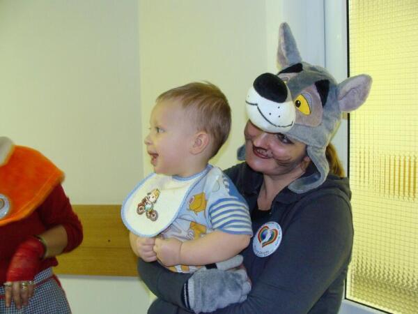 Маленький пациент на руках волонтера
