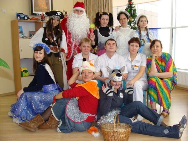 Врачи и волонтеры на праздновании Нового года в Онкоцентре. Второй ряд, справа - Т. Велк-Угланова.