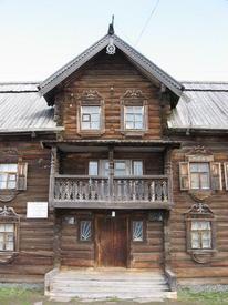 Крытый балкон над сенями, светелка, причелины, полотенце