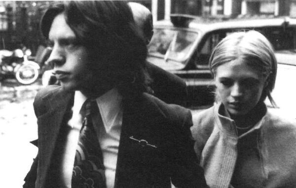 На фото: Мэрианн Фэйтфул и Мик Джаггер выходят из здания суда. Обвинение - хранение наркотиков