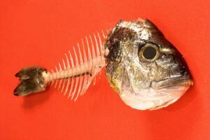Как вытащить рыбью кость из горла?