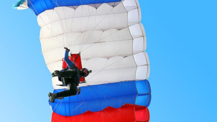 Кто празднует День парашютиста?