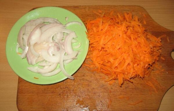 Лук шинкуем полукольцами, морковь натираем через крупную терку