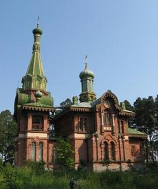 Одноглавый каменный храм с шатровой колокольней