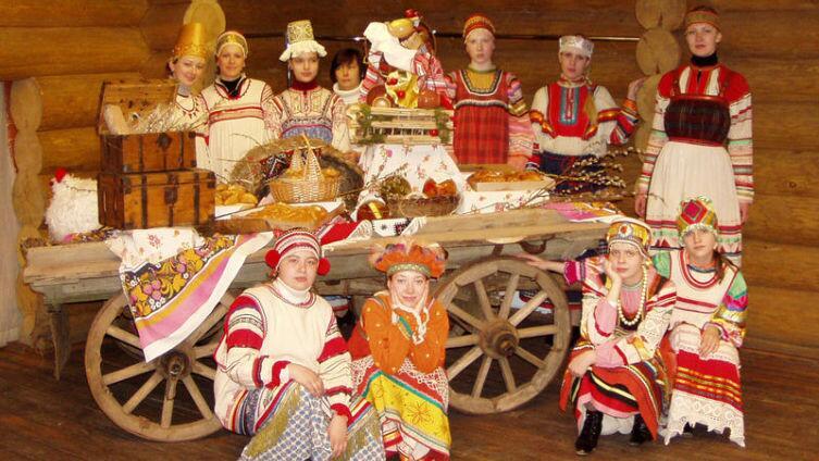 Фольклорный ансамбль «Берегиня-фолк» на выступлении в Русской деревне Шуваловка, 2006 г.