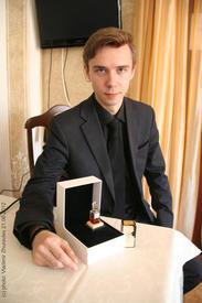 Николай Онегин демонстрирует подлинный флакон духов Chanel №5 первого дизайна из личной колекции
