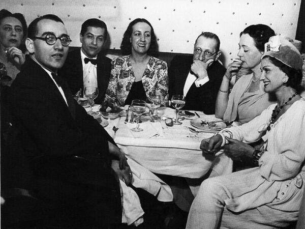 Игорь Стравинский и Коко Шанель (крайняя справа) в компании в ресторане в Париже