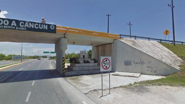 Домик алуша под мостом в Канкуне
