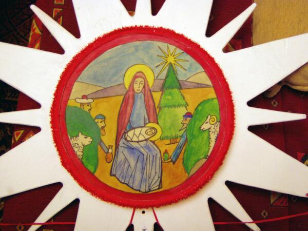 Рисунок на Рождественской звезде для выступлений ансамбля «Берегиня-фолк» из Ораниенбаума. Сцена Рождества для пения рождественских коляд.