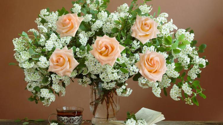 Как сохранить в вазе розы?