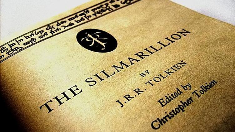 Из-за своего перфекционизма Толкин так и не издал «Сильмариллион» при жизни. Его работу закончил сын Кристофер, издав книгу в 1977 году