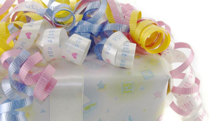 Что подарить новорожденному малышу?