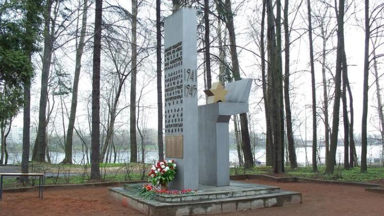 Памятник погибшим в ВОВ работникам Средне-Невского судостроительного завода
