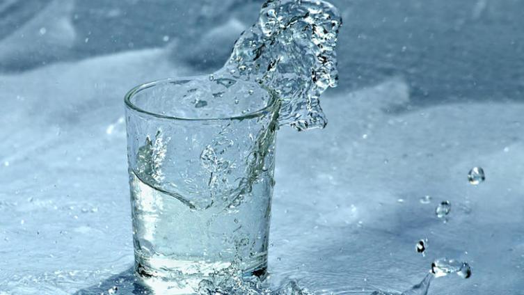 Как смыть лишние килограммы стаканом воды?