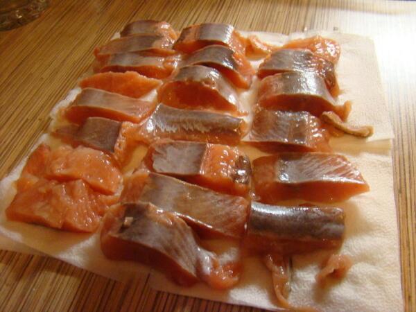 Рыбка подсушивается на салфетке