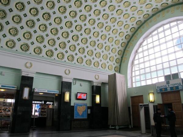 Потолок железнодорожного вокзала, построенного в конце 1940-х годов