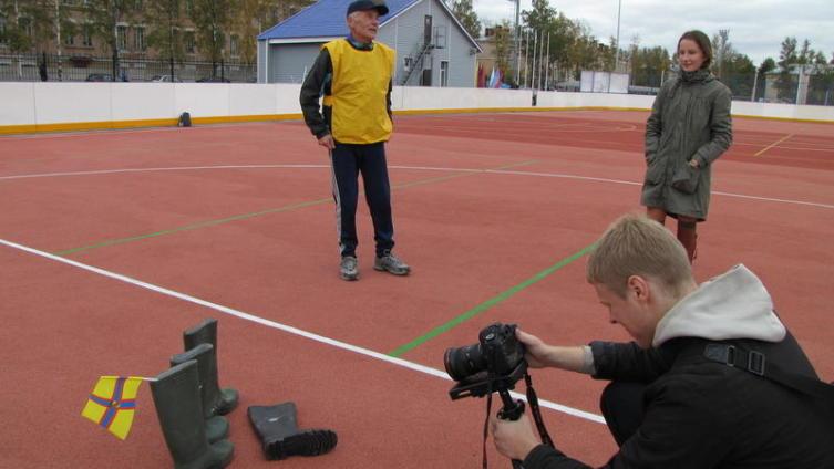 Метание сапога - национальный ингерманландский вид спорта. День Ингрии в Ораниенбауме в октябре 2011 года