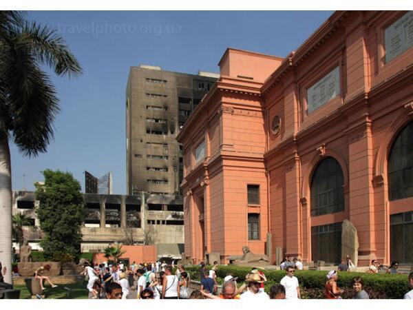 Национальный музей и сгоревший национальный банк