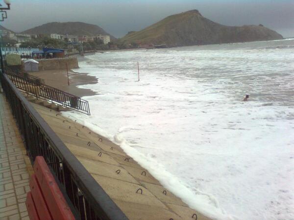 Сильный шторм на городском пляже