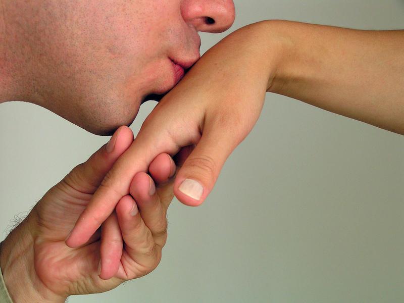 Если мужчина целует руки своей девушке