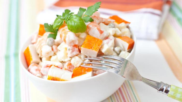 Как готовят салат с крабовыми палочками?