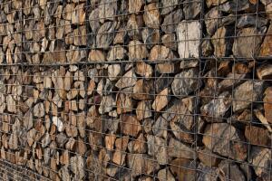 Как сделать подпорную стенку из габионов?