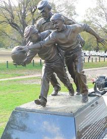 Статуя, изображающая момент первого матча по австралийскому футболу 7августа 1858 года