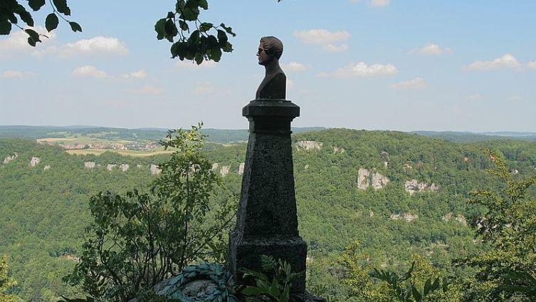Памятник Вильгельму Гауфу около замка Лихтенштейн недалеко от Штутгарта