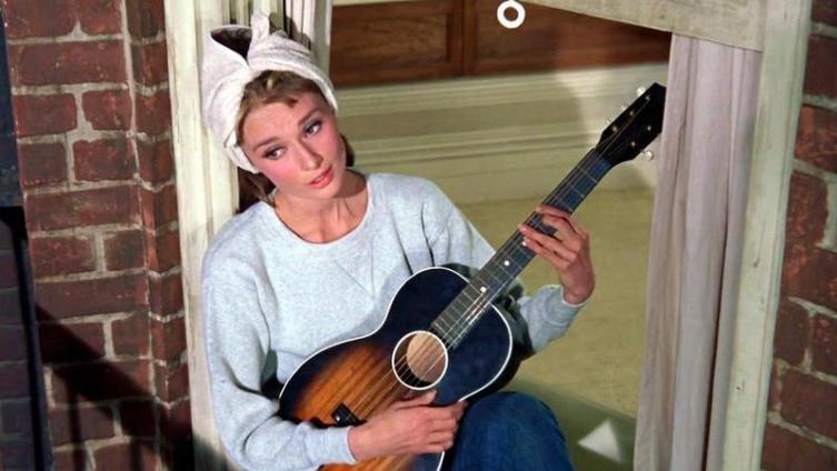 Холли Голайтли (героиня Одри Хепберн) поёт «Лунную Реку» на пожарной лестнице.