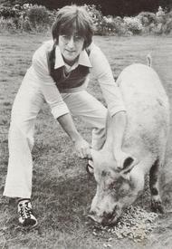 Леннон не былбы Ленноном, еслибы, оформляя обложку «Imagine», не поиздевался над бывшим одногруппником Полом МакКартни. На этом фото он пародирует обложку альбома МакКартни «Ram», где Пол держал за рога барана