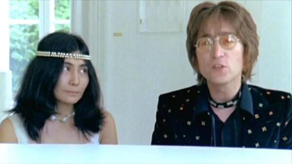 Леннон и Йоко в клипе «Imagine»
