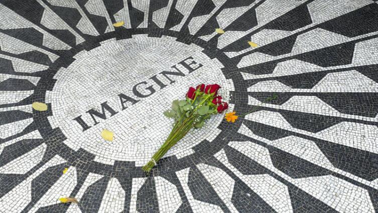 Мозаичное панно в нью-йоркском мемориале «Земляничные поля»
