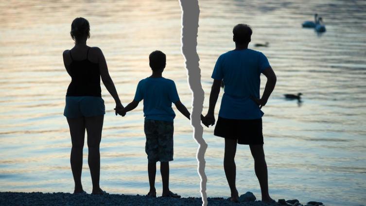 С кем из родителей оставить ребенка после развода?
