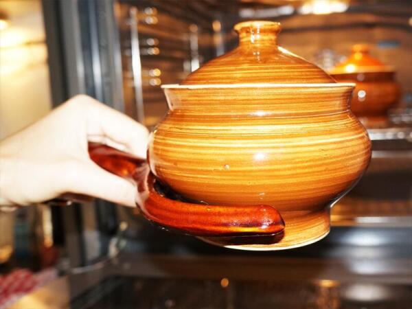 Ухват – незаменимая вещь, когда из духовки нужно достать раскаленный горшок